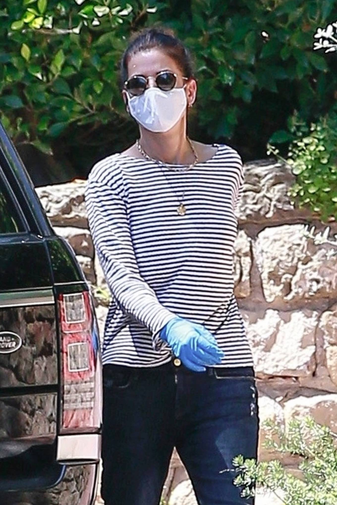 Sandra Bullock - Picks up a few boxes from a friend's place in Los Angeles