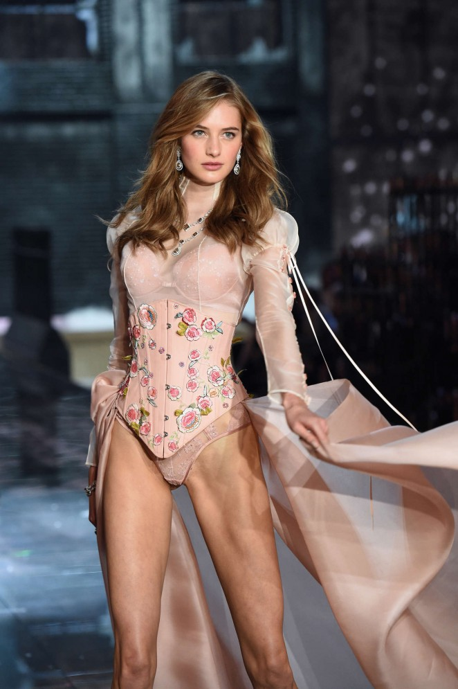 Sanne Vloet - 2015 Victoria's Secret Fashion Show Runway in NYC