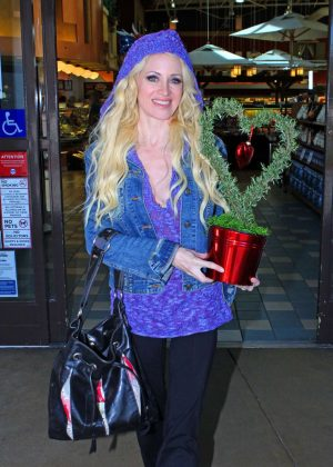 Sara Barrett - Leaves Gelson's Supermarket in Calabasas