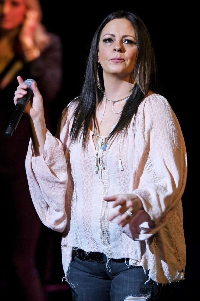 Sara Evans Performs live in Florida