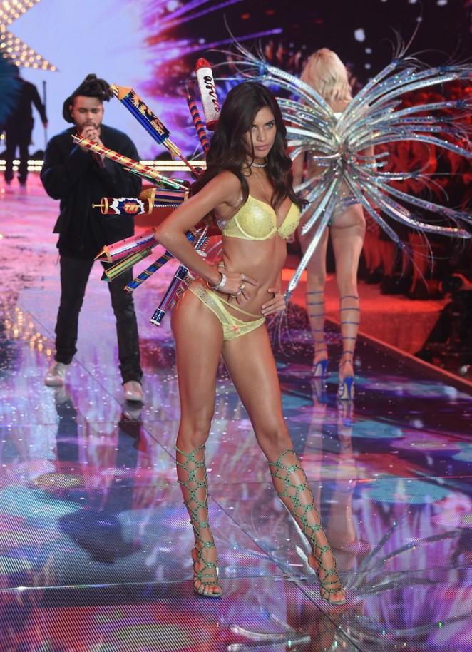 Sara Sampaio: 2015 Victorias Secret Fashion Show Runway -14