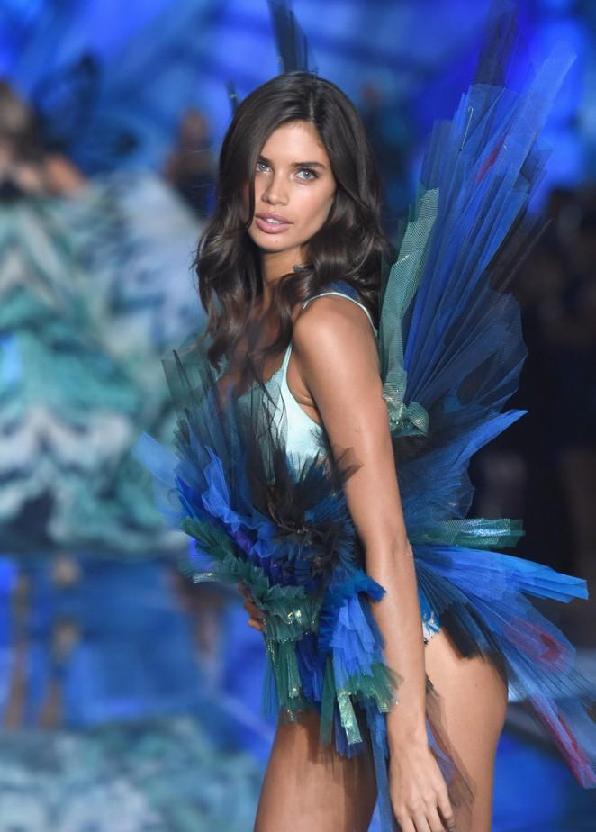 Sara Sampaio: 2015 Victorias Secret Fashion Show Runway -20