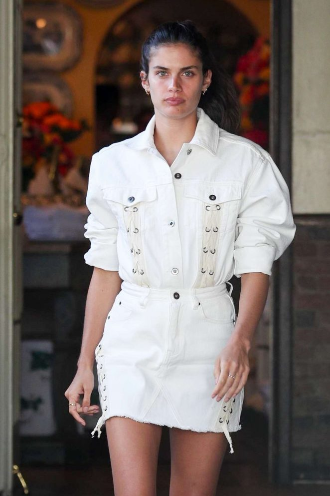 Sara Sampaio – Has lunch with a friend at The Ivy in West Hollywood