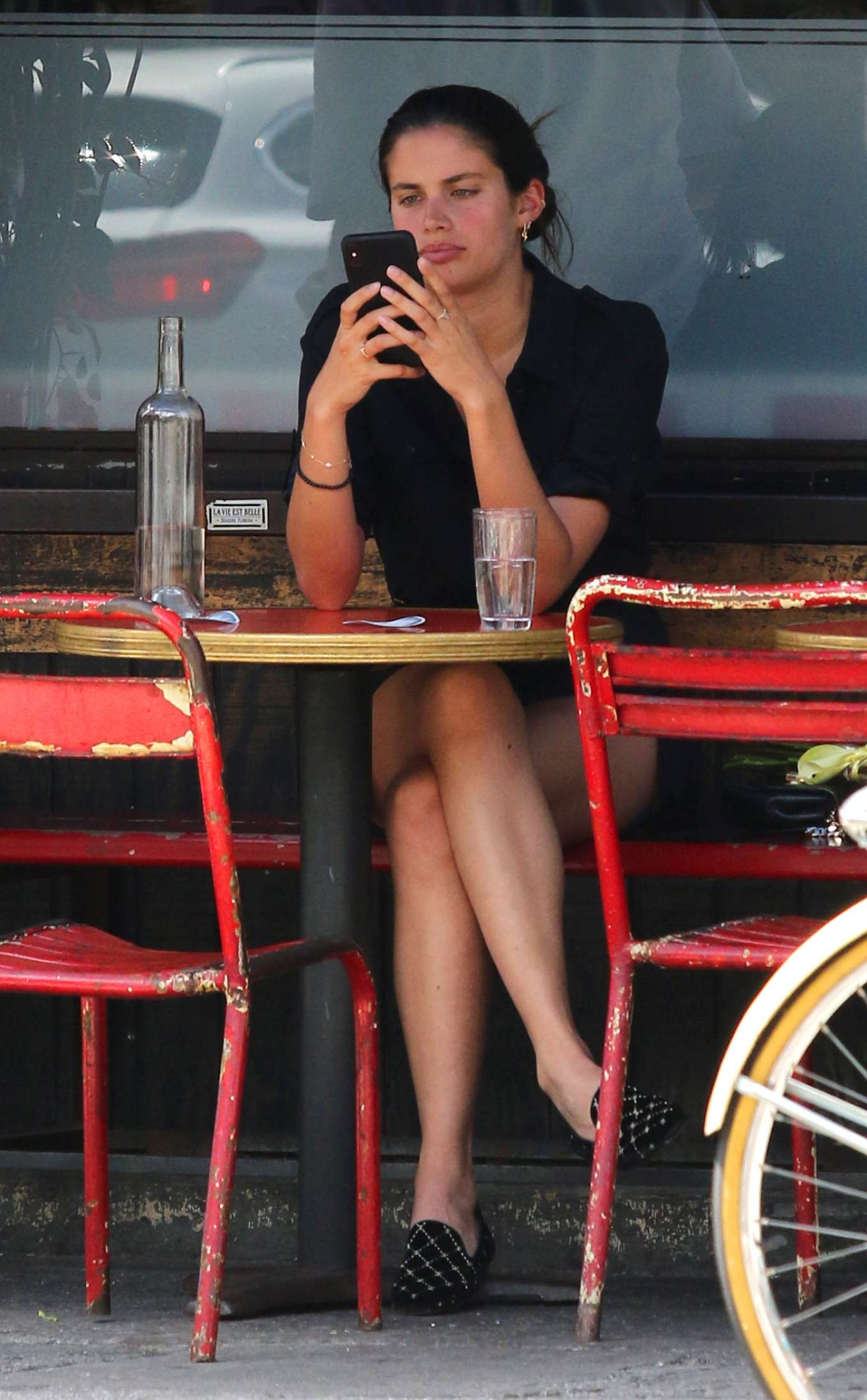 Sara Sampaio has lunch with a friend in New York