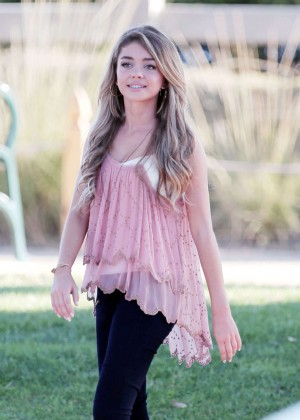 Sarah Hyland - Filming 'Modern Family' in Santa Monica