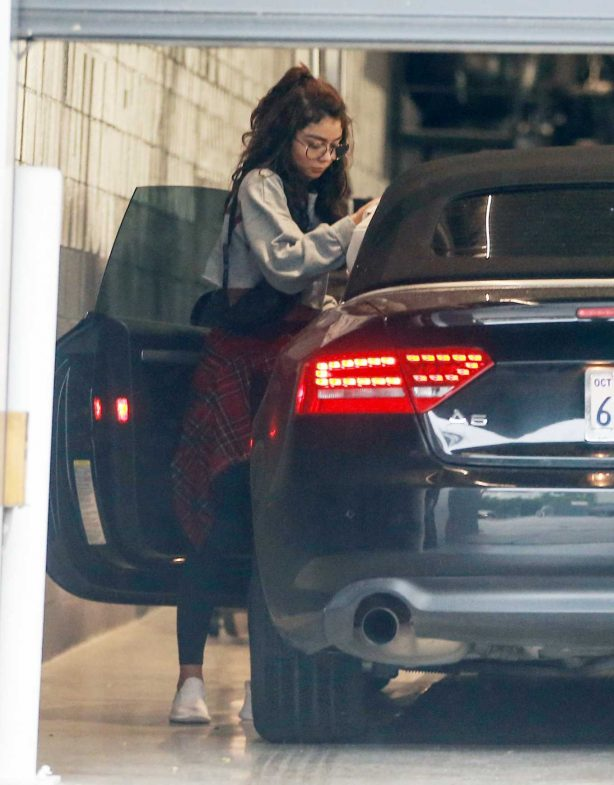 Sarah Hyland - Heading to a friends house in Los Angeles