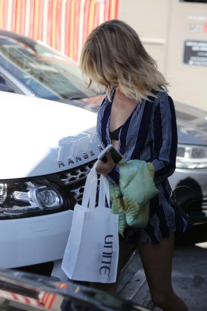 Sarah Hyland – Leaves Nine Zero One Salon in West Hollywood