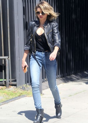 Sarah Hyland In Tight Jeans X on disable