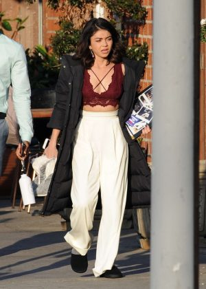 sarah hyland on the set of the wedding year in hollywood