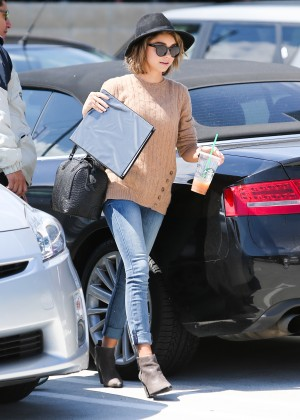 Sarah Hyland in Jeans -03