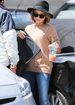 Sarah Hyland in Jeans -05