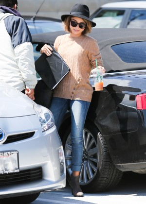 Sarah Hyland in Jeans -14