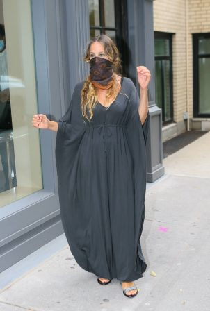Sarah Jessica Parker - Seen outside her shoe store in New York