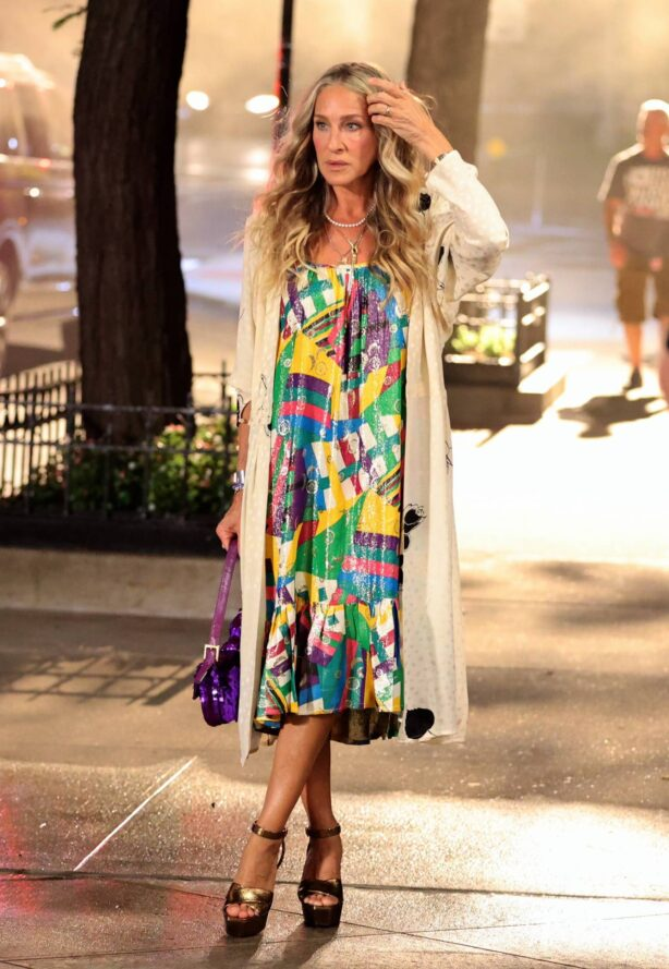 Sarah Jessica Parker - Seen wearing a dress at the 'And Just Like That' set in Fifth Avenue