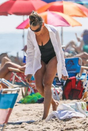 Sarah Jessica Parker - Spotted at the beach in Hamptons - New York