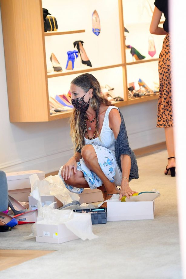 Sarah Jessica Parker - Working inside her shoe store in New York