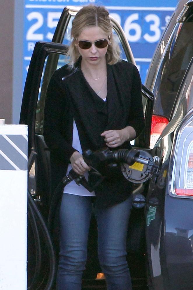Sarah Michelle Gellar - Getting gas in Los Angeles