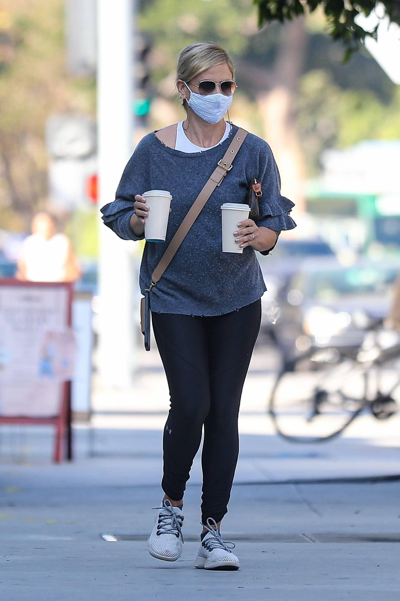 Sarah Michelle Gellar - Grabs coffee from Blue Bottle Coffee in Brentwood