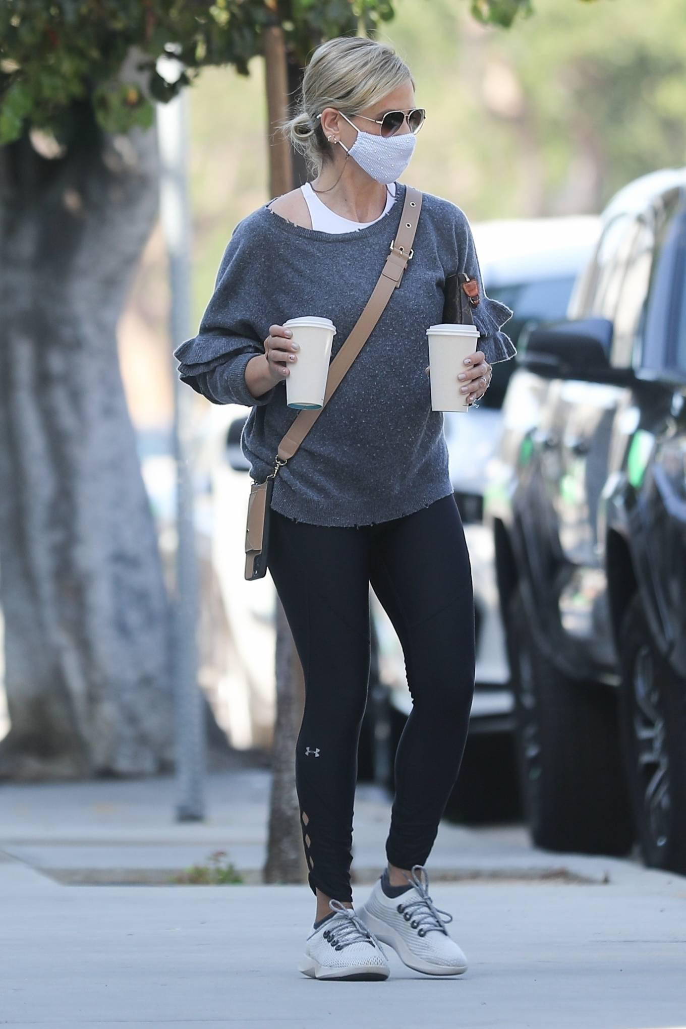 Sarah Michelle Gellar - Grabs drinks from Blue Bottle Coffee in Brentwood