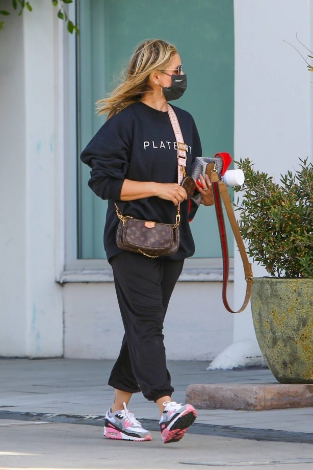 Sarah Michelle Gellar - heads to the gym for a workout in Brentwood