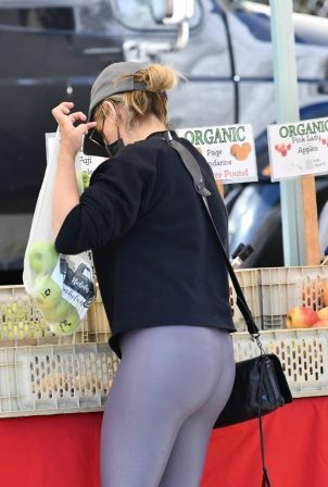 Sarah Michelle Gellar - In yoga pants with classic Nike Air Max sneakers at Farmers Market