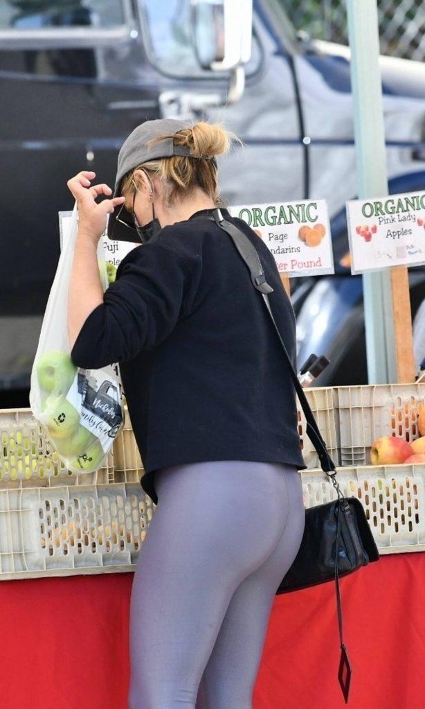 Sarah Michelle Gellar - In yoga pants with classic Nike Air Max sneakers at Farmers Market