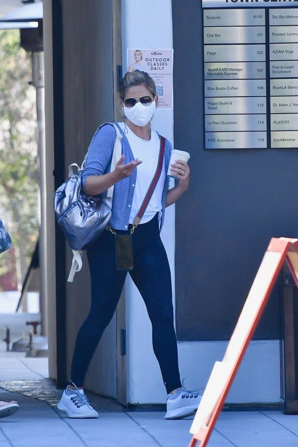 Sarah Michelle Gellar - Leaves an outside exercise class in Brentwood