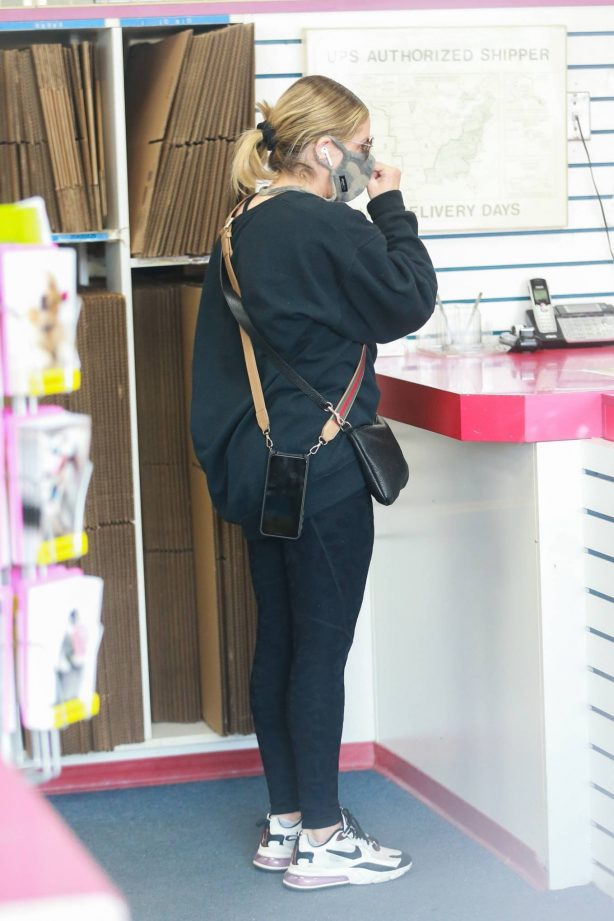 Sarah Michelle Gellar - Picking up some mail at her local USPS store in Santa Monica
