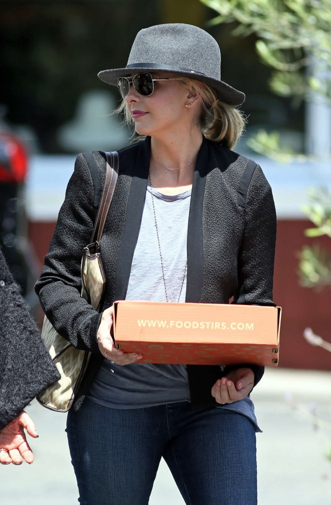 Sarah Michelle Gellar - Shopping at the Country Mart in Brentwood