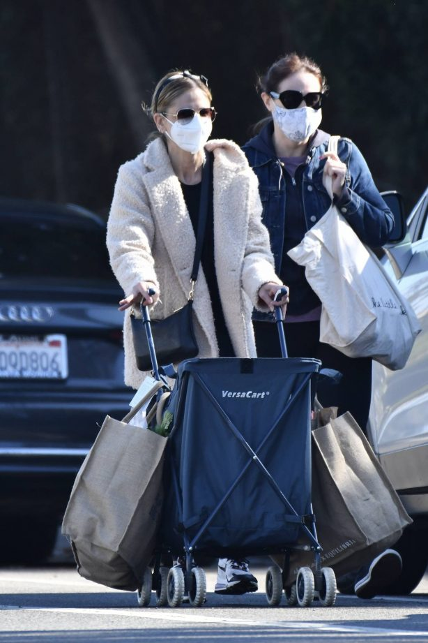 Sarah Michelle Gellar - shopping at the farmers market in Brentwood
