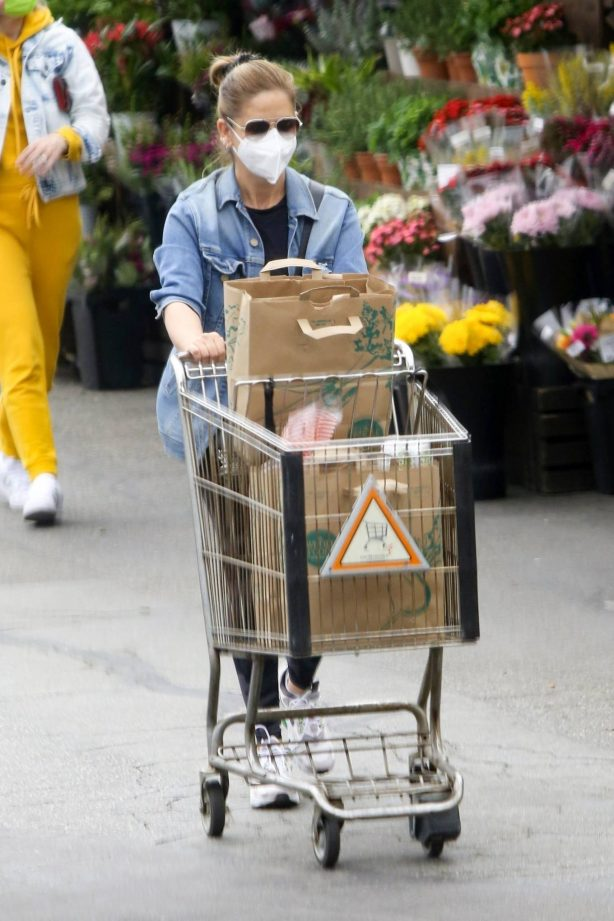 Sarah Michelle Gellar - Shopping at Whole Foods in Los Angeles