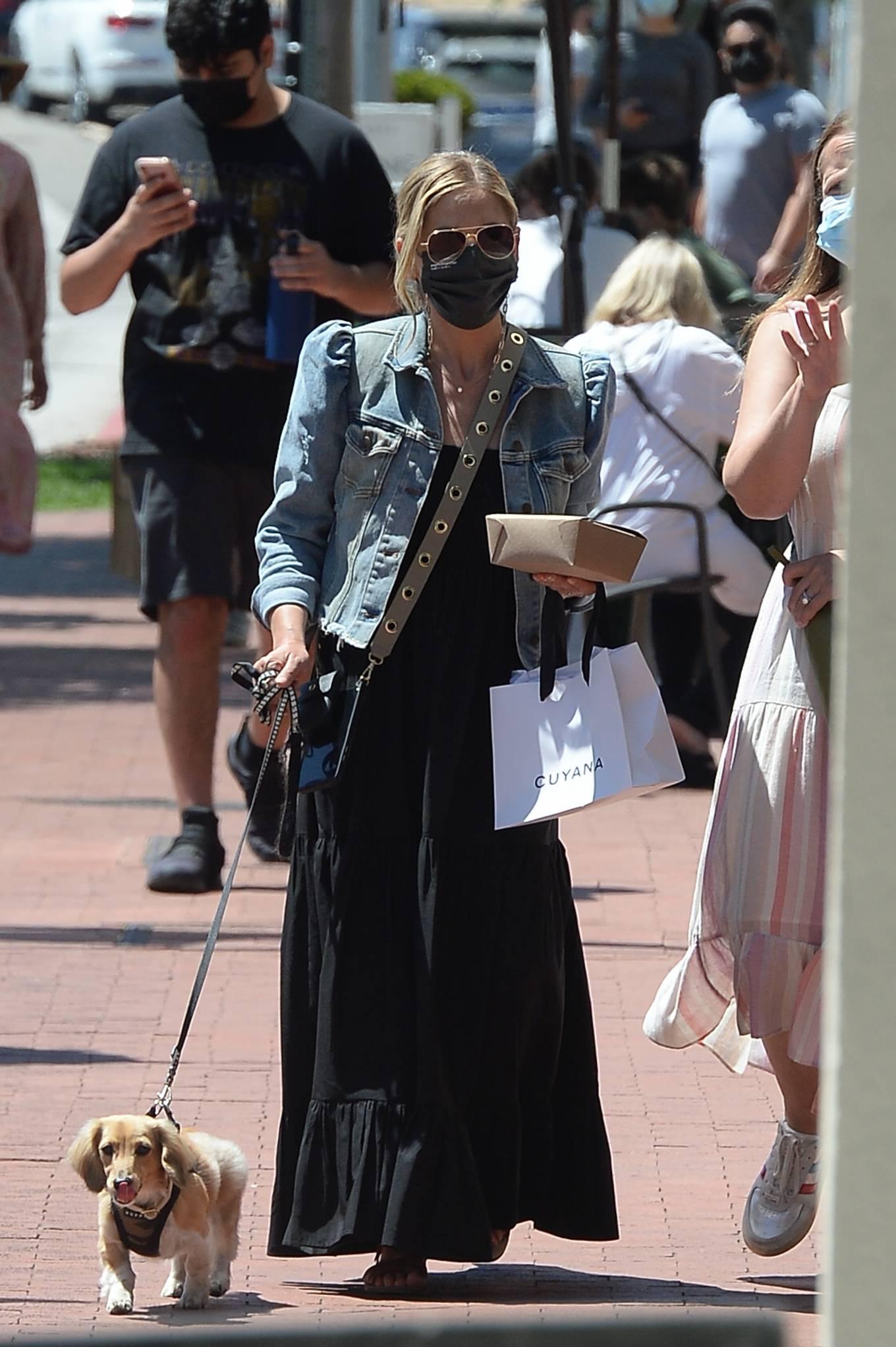 Sarah Michelle Gellar - Shopping candids in Los Angeles