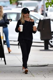 Sarah Michelle Gellar stop for a coffee in Brentwood