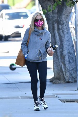 Sarah Michelle Gellar - Stops by Blue Bottle Coffee in Los Angeles