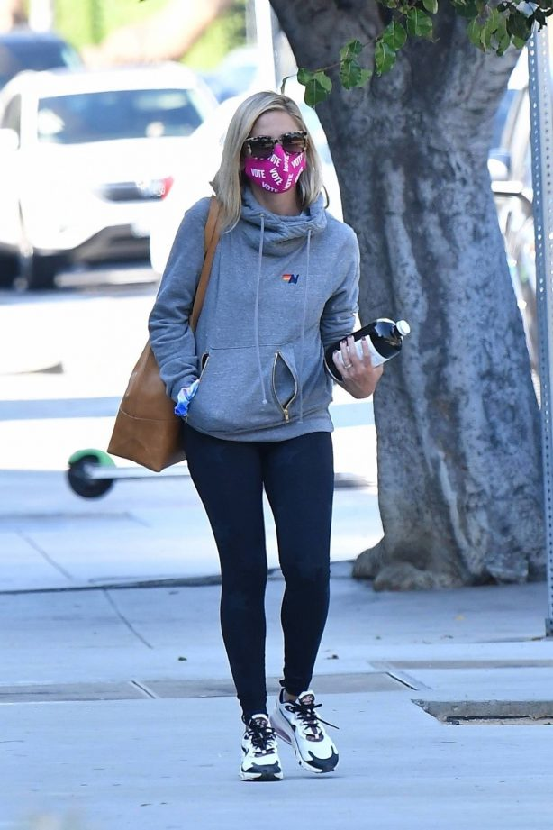 Sarah Michelle Gellar - Stops by Blue Bottle Coffee in Los Angeles