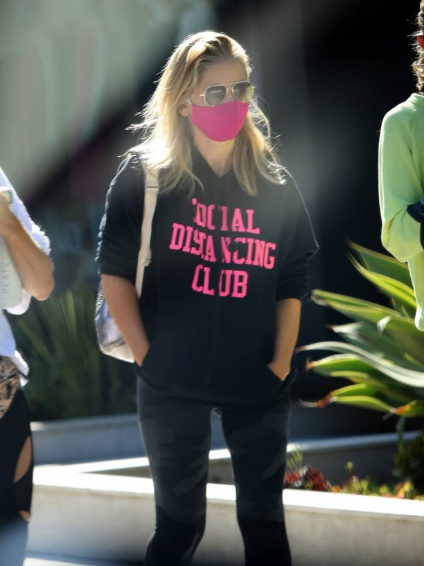 Sarah Michelle Gellar - Wears a sweatshirt SOCIAL DISTANCING CLUB in Brentwood