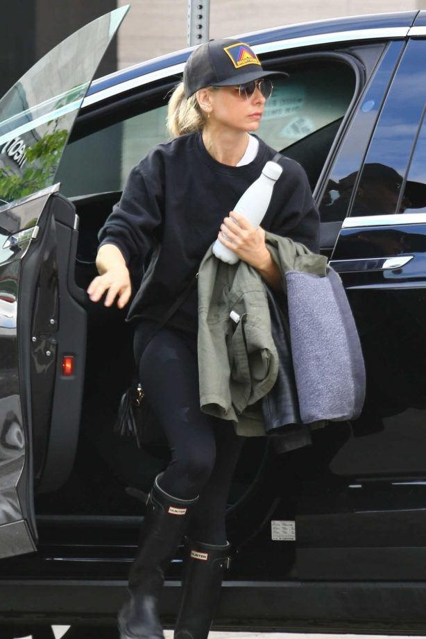 Sarah Michelle Gellar - Wears her rain boots and carries an extra coat - Heading to the gym in Brentwood