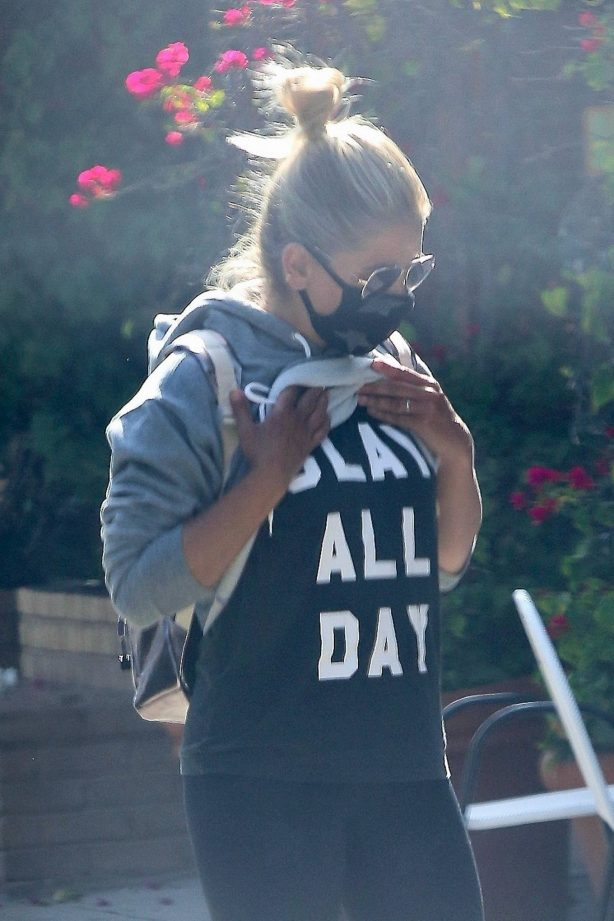 Sarah Michelle Gellar - Wears shirt that says 'Slay All Day' in Los Angeles