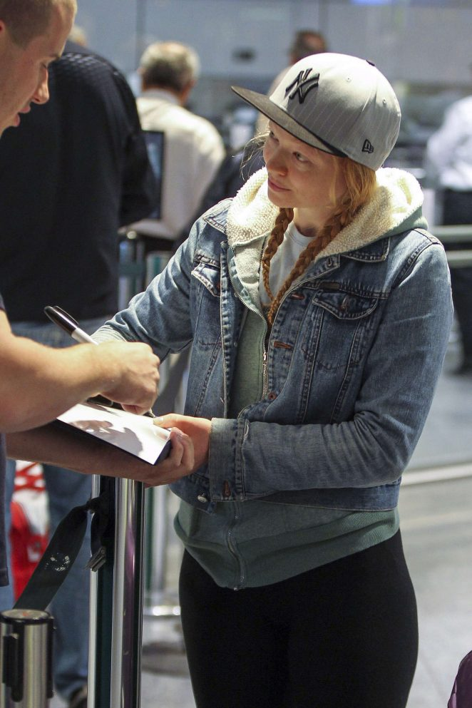 Sarah Snook at Vancouver International Airport -01