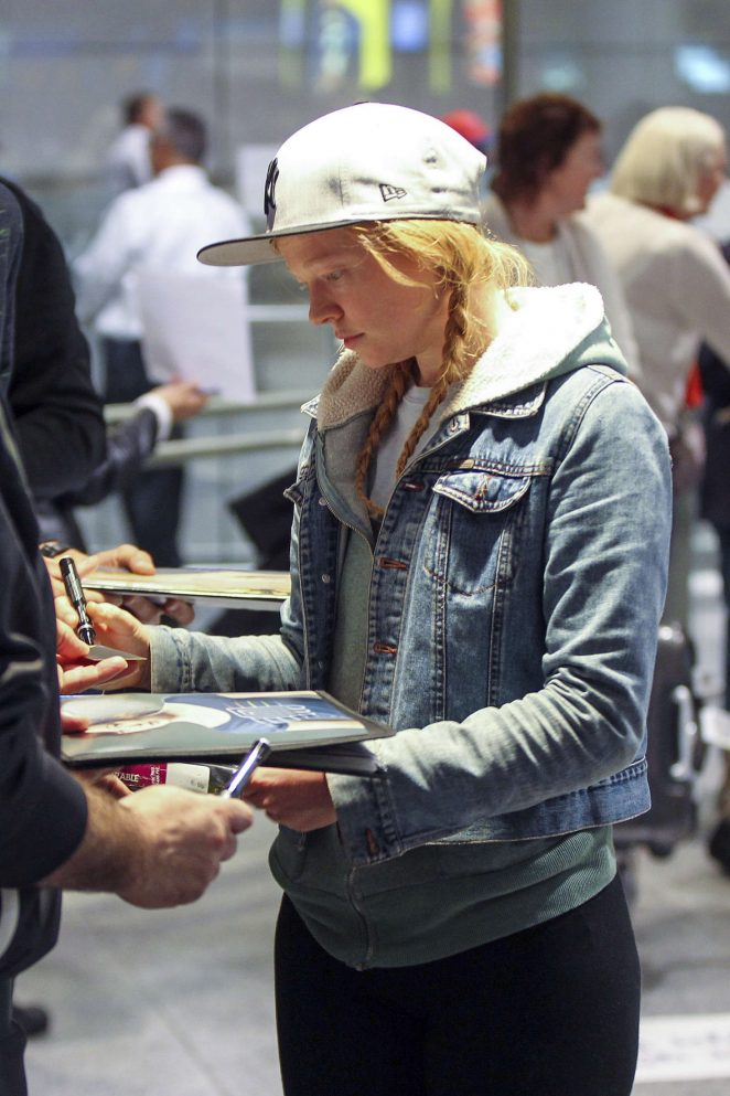 Sarah Snook at Vancouver International Airport -06