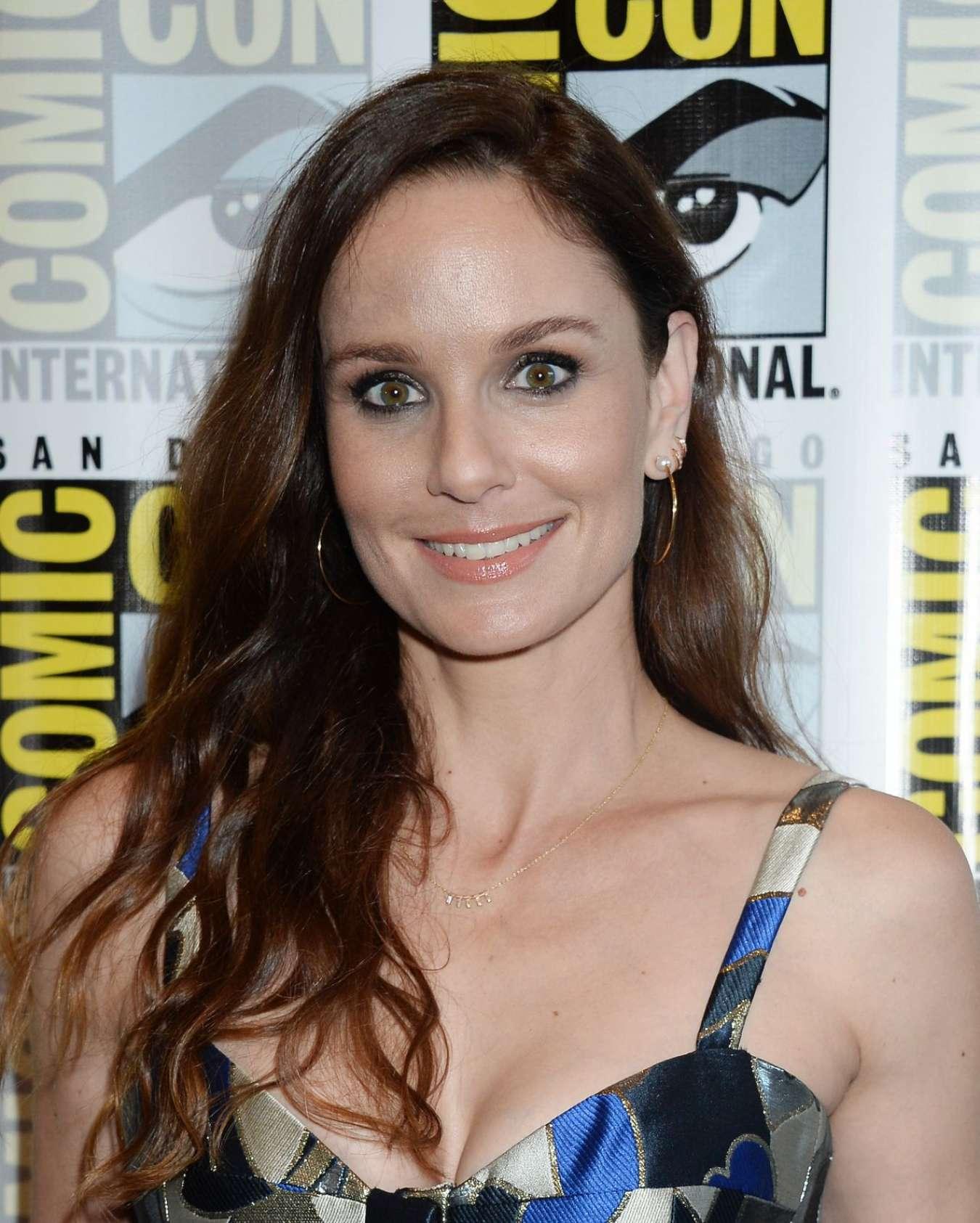 ¿Cuánto mide Sarah Wayne Callies? - Real height Sarah-Wayne-Callies:-Colony-Press-Line-at-2017-Comic-Con-in-San-Diego--01
