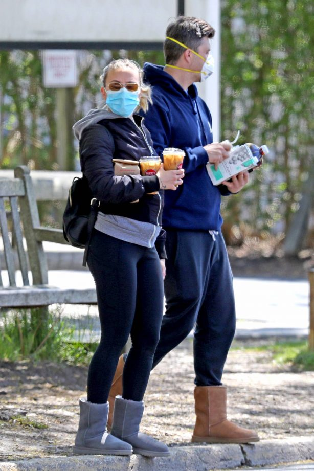 Scarlett Johansson and Colin Jost - Out in The Hamptons, New York