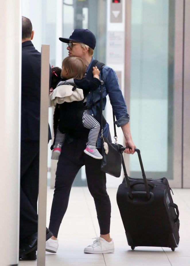 Scarlett Johansson Arrives at Sydney Airport -02