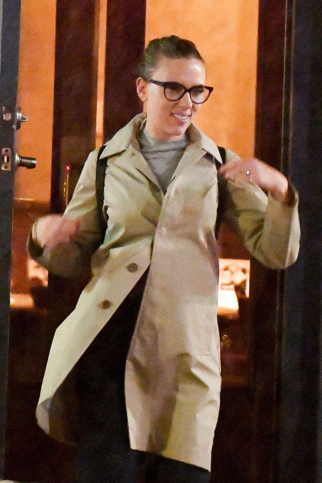 Scarlett Johansson - Heads for dinner at the Hudson Hound in NY