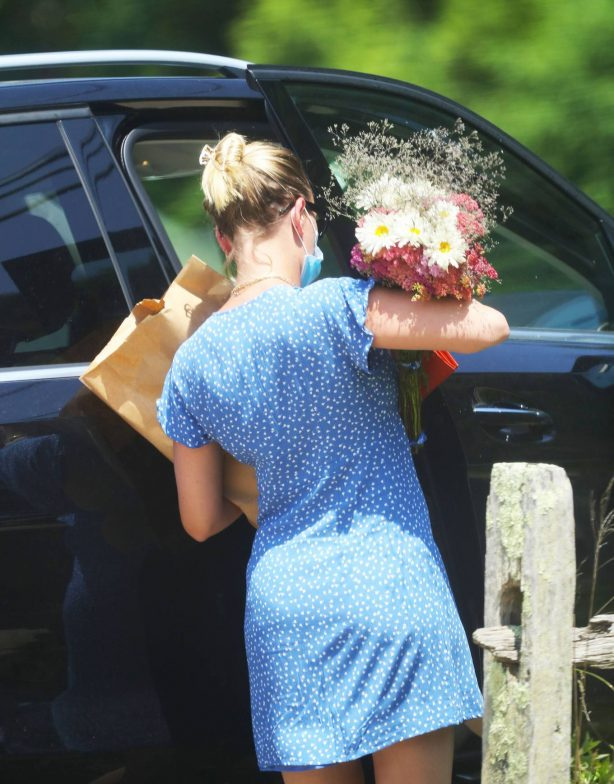 Scarlett Johansson - In summer dress at a farmer's market in The Hamptons