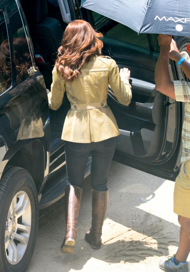 Scarlett Johansson in Jeans On Captain America Civil War -22