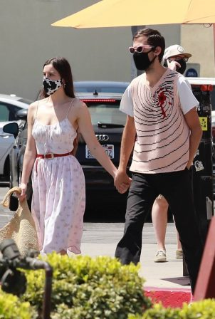 Scout Willis - With Jake Miller hold hands in LA's Larchmont Village