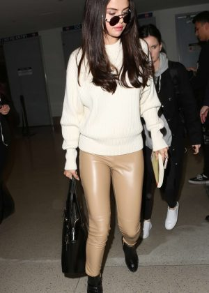 Selena Gomez - Arrives at Los Angeles International Airport