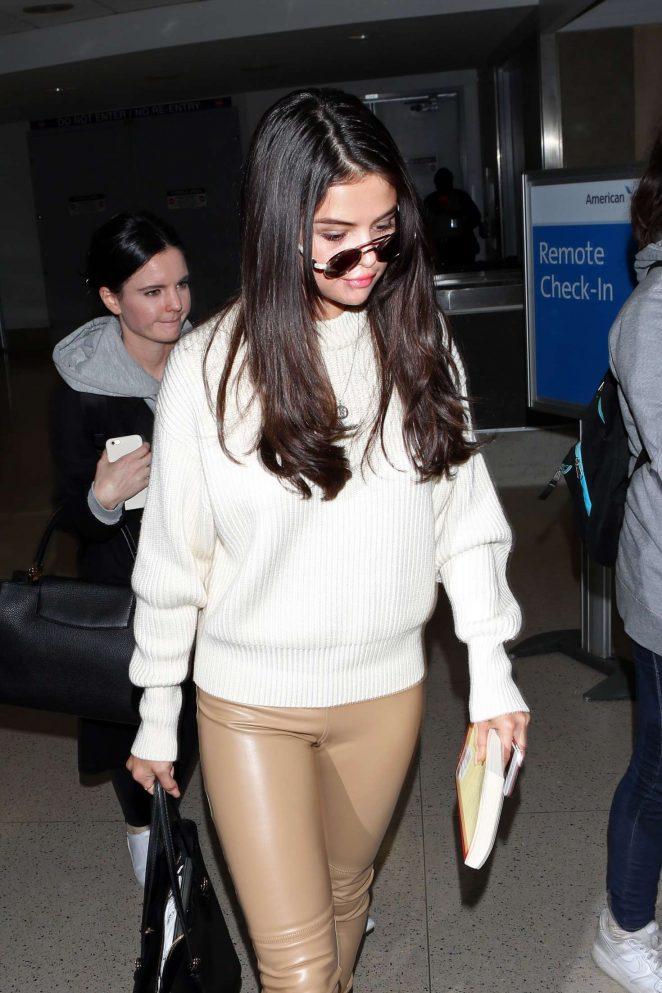 Selena Gomez - Arrives at Los Angeles International Airport