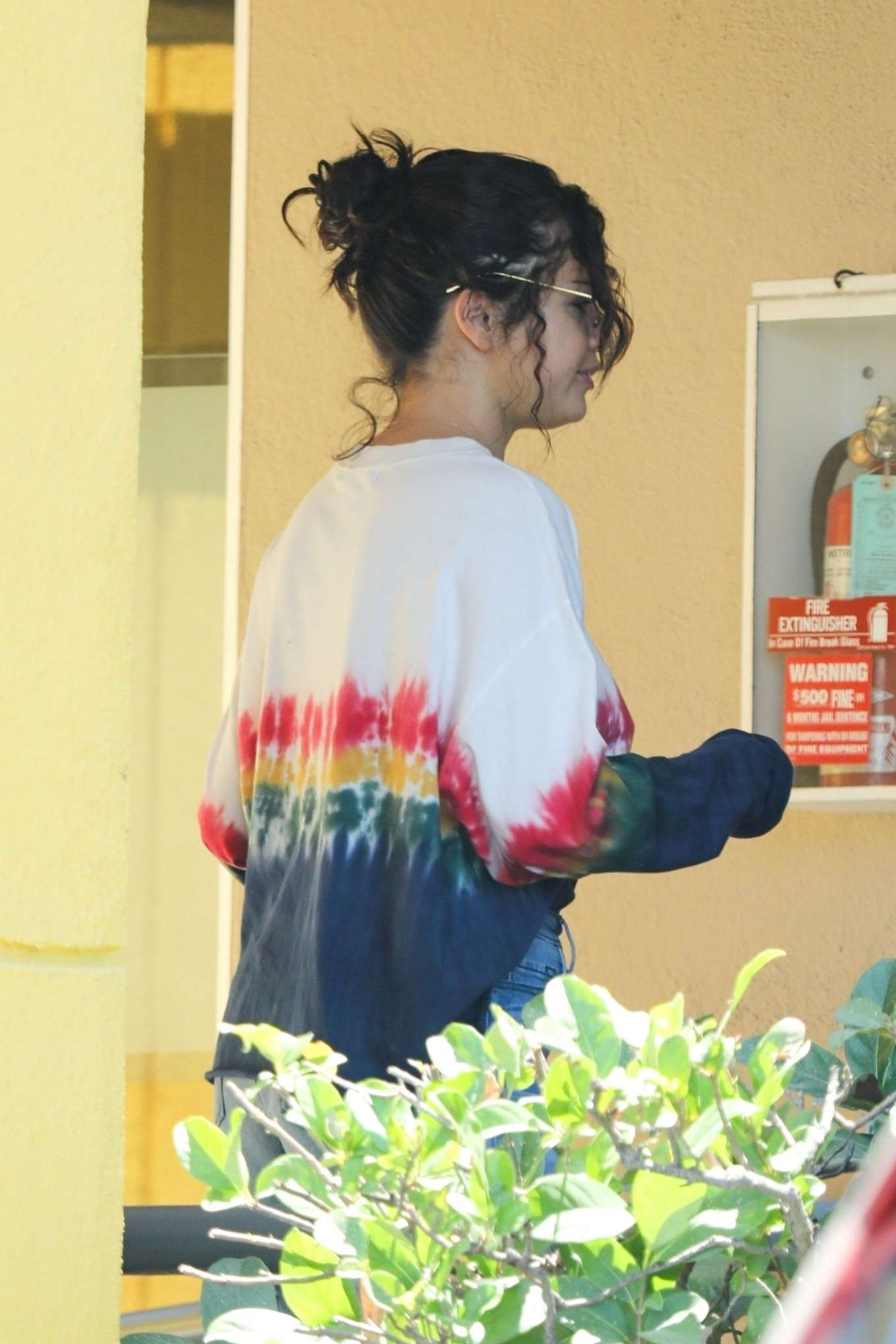 Selena Gomez - Exits a dermatologist office in Los Angeles
